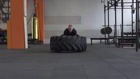 Άτομο ικανότητας που κάνει τη μεγάλη άσκηση κτυπημάτων ροδών στη γυμναστική φιλμ μικρού μήκους