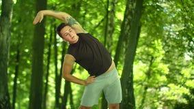 Άτομο ικανότητας που κάνει τις τεντώνοντας ασκήσεις υπαίθριες Ικανότητα workout υπαίθρια απόθεμα βίντεο