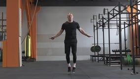 Άτομο ικανότητας που κάνει το διπλό σχοινί αλμάτων στη γυμναστική απόθεμα βίντεο