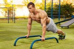 Άτομο ικανότητας που κάνει το ώθηση-UPS στο στάδιο, σταυρός που εκπαιδεύει workout Φίλαθλη αρσενική κατάρτιση έξω στοκ φωτογραφίες με δικαίωμα ελεύθερης χρήσης