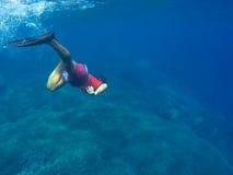 Άτομο κάτω από το νερό στην μπλε θάλασσα, snorkeler στη βαθιά μπλε θάλασσα Στοκ Φωτογραφίες