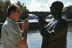Άτομο και άγαλμα Στοκ εικόνα με δικαίωμα ελεύθερης χρήσης
