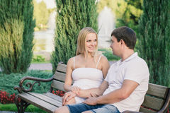 Άτομο και έγκυοι γυναίκες που κάθονται στον πάγκο στο πάρκο Στοκ εικόνες με δικαίωμα ελεύθερης χρήσης
