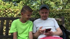 Άτομο και έφηβος με το κινητό τηλέφωνο: συγκινήσεις από την παράβαση για να αναρωτηθεί φιλμ μικρού μήκους