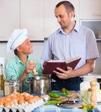 Άτομο και έφηβος που μαγειρεύουν από κοινού Στοκ εικόνες με δικαίωμα ελεύθερης χρήσης