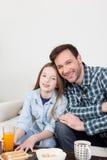 Άτομο και η κόρη του που έχουν το πρόγευμα Στοκ φωτογραφίες με δικαίωμα ελεύθερης χρήσης