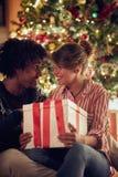 Άτομο και κορίτσι που ανταλλάσσουν τα χριστουγεννιάτικα δώρα και που απολαμβάνουν στο holid στοκ φωτογραφία με δικαίωμα ελεύθερης χρήσης