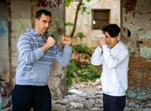 Άτομο και νέο αγόρι σε ένα εγκαταλειμμένο σπίτι στοκ φωτογραφία με δικαίωμα ελεύθερης χρήσης