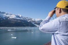 Άτομο και οι διόπτρες του που εξετάζουν έναν παγετώνα στην Αλάσκα στοκ φωτογραφίες με δικαίωμα ελεύθερης χρήσης