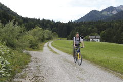 Άτομο και ποδήλατο Στοκ φωτογραφία με δικαίωμα ελεύθερης χρήσης