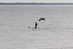 Άτομο και πρότυπο ενός αεροπλάνου Το άτομο αρχίζει το αεροπλάνο του Στοκ Φωτογραφία