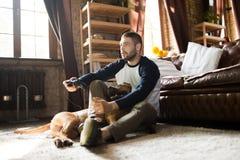 Άτομο και σκυλί στο πάτωμα στο σπίτι στοκ εικόνες με δικαίωμα ελεύθερης χρήσης
