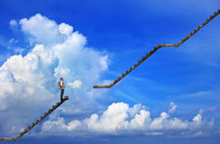 Άτομο και σπασμένο βήμα με το υπόβαθρο μπλε ουρανού Στοκ Φωτογραφίες