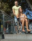 Άτομο και σύζυγος στην αναπηρική καρέκλα στα σκαλοπάτια Στοκ εικόνες με δικαίωμα ελεύθερης χρήσης