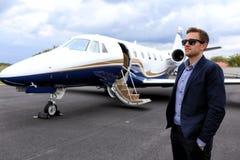 Άτομο και executivve αεριωθούμενο αεροπλάνο Στοκ εικόνες με δικαίωμα ελεύθερης χρήσης
