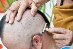 Άτομο κατά τη διάρκεια μιας βουδιστικής τελετής χειροτονίας Στοκ Φωτογραφίες