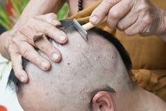 Άτομο κατά τη διάρκεια μιας βουδιστικής τελετής χειροτονίας Στοκ εικόνα με δικαίωμα ελεύθερης χρήσης