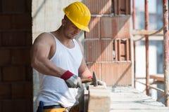 Άτομο κατασκευής που χτυπά το ξύλο με το σφυρί Στοκ Εικόνες