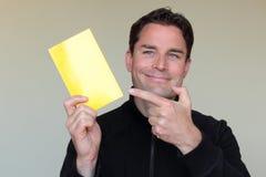 Άτομο καυκάσιας προέλευσης που κρατά ένα κενό έγγραφο για τη διαφήμιση Στοκ Εικόνες