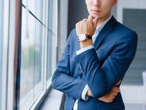 Άτομο κινηματογραφήσεων σε πρώτο πλάνο σε μια επίσημη ένδυση Επιχειρηματίας σε ένα κοστούμι σε ένα θολωμένο υπόβαθρο Έννοια εμπισ Στοκ φωτογραφίες με δικαίωμα ελεύθερης χρήσης