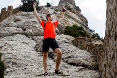 Άτομο κοντά στο γραφικό καλοκαίρι απότομων βράχων Στοκ φωτογραφία με δικαίωμα ελεύθερης χρήσης