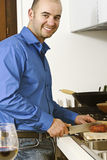 άτομο κουζινών yougn Στοκ εικόνες με δικαίωμα ελεύθερης χρήσης