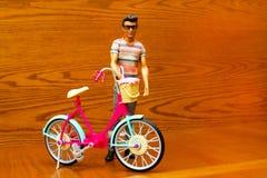 Άτομο κουκλών με ένα ποδήλατο Στοκ Εικόνες