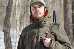 Άτομο κυνηγών στο σκοτεινό χακί ιματισμό στο δάσος Στοκ φωτογραφία με δικαίωμα ελεύθερης χρήσης