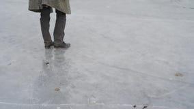 Άτομο κυρίων που περπατά παγωμένο στον πάγος ποταμό λιμνών απόθεμα βίντεο