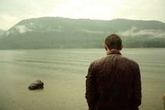άτομο λιμνών κοντά στις νε&omicr Στοκ Εικόνες