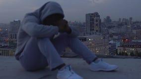 Άτομο λυπημένο για την αποτυχία και την ανεκπλήρωτη σταδιοδρομία του στο υπόβαθρο της πόλης λυκόφατος απόθεμα βίντεο