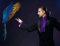 Άτομο μάγων στο σκηνικό κοστούμι Στοκ Εικόνες