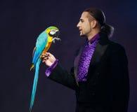 Άτομο μάγων στο σκηνικό κοστούμι Στοκ φωτογραφία με δικαίωμα ελεύθερης χρήσης