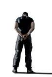 Άτομο μαύρο σε ομοιόμορφο και μάσκα που στέκεται με το πυροβόλο όπλο που απομονώνεται στοκ φωτογραφίες