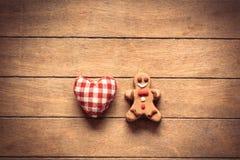 Άτομο μελοψωμάτων Χριστουγέννων με το παιχνίδι μορφής δαπέδων τζακιού Στοκ Εικόνες