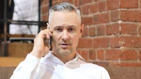 Άτομο Μεσαίωνα που απαντά στην κλήση σε Smartphone Στοκ Εικόνες