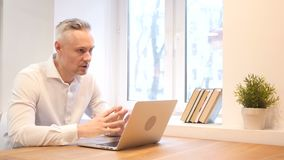 Άτομο Μεσαίωνα που μιλά με τον πελάτη, συζήτηση, διαπραγμάτευση απόθεμα βίντεο
