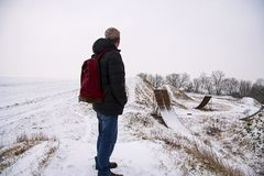 Άτομο Μεσαίωνα που στέκεται στο όμορφο χειμερινό τοπίο Εξέταση ατόμων στις εγκαταλειμμένες κεκλιμένες ράμπες μοτοκρός ελεύθερης κ Στοκ φωτογραφία με δικαίωμα ελεύθερης χρήσης