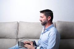 Άτομο με έναν υπολογιστή Στοκ Εικόνα