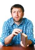 Άτομο με ένα βιβλίο στα χέρια του στον πίνακα Στοκ Εικόνες