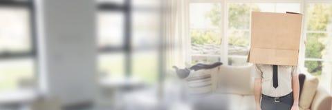 Άτομο με ένα κιβώτιο στο κεφάλι του στο καινούργιο σπίτι του Στοκ εικόνα με δικαίωμα ελεύθερης χρήσης