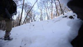 Άτομο με ένα πυροβόλο όπλο τα φθινόπωρα χεριών του στο χιόνι απόθεμα βίντεο