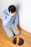 Άτομο με ένα σπασμένο πιάτο Στοκ Εικόνα