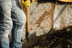 Άτομο με ένα φτυάρι, που σκάβει το χώμα στοκ εικόνες με δικαίωμα ελεύθερης χρήσης