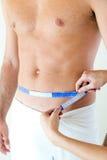 Άτομο με ένα helthy σώμα που μετρά το στομάχι του σιτηρέσιο έννοιας Στοκ φωτογραφίες με δικαίωμα ελεύθερης χρήσης