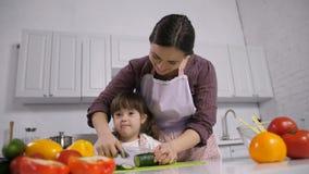 Άτομο με ειδικές ανάγκες κάτω από το παιδί συνδρόμου με το μαγείρεμα μητέρων φιλμ μικρού μήκους