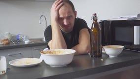 Άτομο με μια απόλυση στον πίνακα στην κουζίνα Μετά από το συμβαλλόμενο μέρος απόθεμα βίντεο