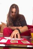 Άτομο με μια γέφυρα των καρτών στον πίνακα στο παιχνίδι Στοκ φωτογραφίες με δικαίωμα ελεύθερης χρήσης