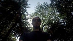 Άτομο με μια γενειάδα και τα γυαλιά ηλίου απόθεμα βίντεο