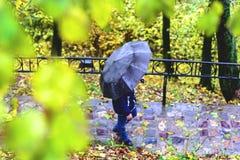 Άτομο με μια μαύρη ομπρέλα Στοκ φωτογραφία με δικαίωμα ελεύθερης χρήσης
